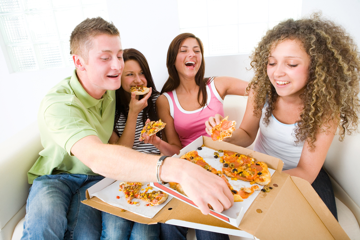 family eating pizza - 1100×733